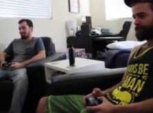 Homens Peludos Jogando um Game e Transando