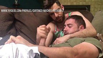 Gay Pegando no Pau do Amigo e Masturbando