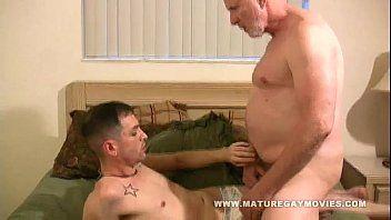 Velho Gay Idoso Comendo a Bunda do Garoto Viadinho