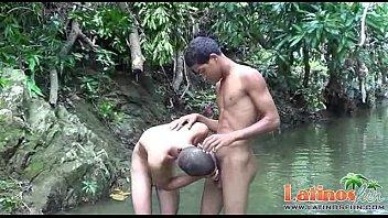 Meninos Brasileiros em Pegação Gay na Beira do Rio