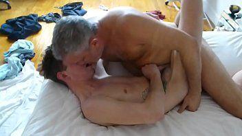 Velho Fudendo com Força o Cu do Garotinho Gay